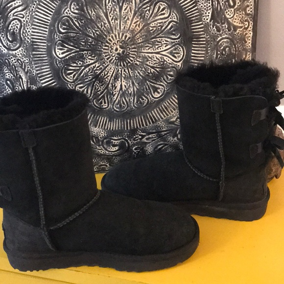 9773ca92d5a UGG BOW BOOTS BLACK SZ 6 GREAT uSED CONDITION